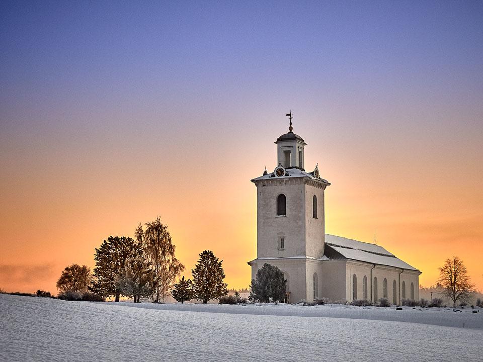 Nora kyrka, Ångermanland i Midt-Sverige en tidlig morgen forrige uke.  Flott effekt med soloppgangen bak kirken.                              https://sv.wikipedia.org/wiki/Nora_kyrka,_Ångermanland