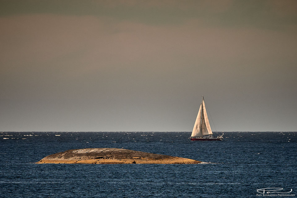 En enslig seilbåt langs Mørekysten